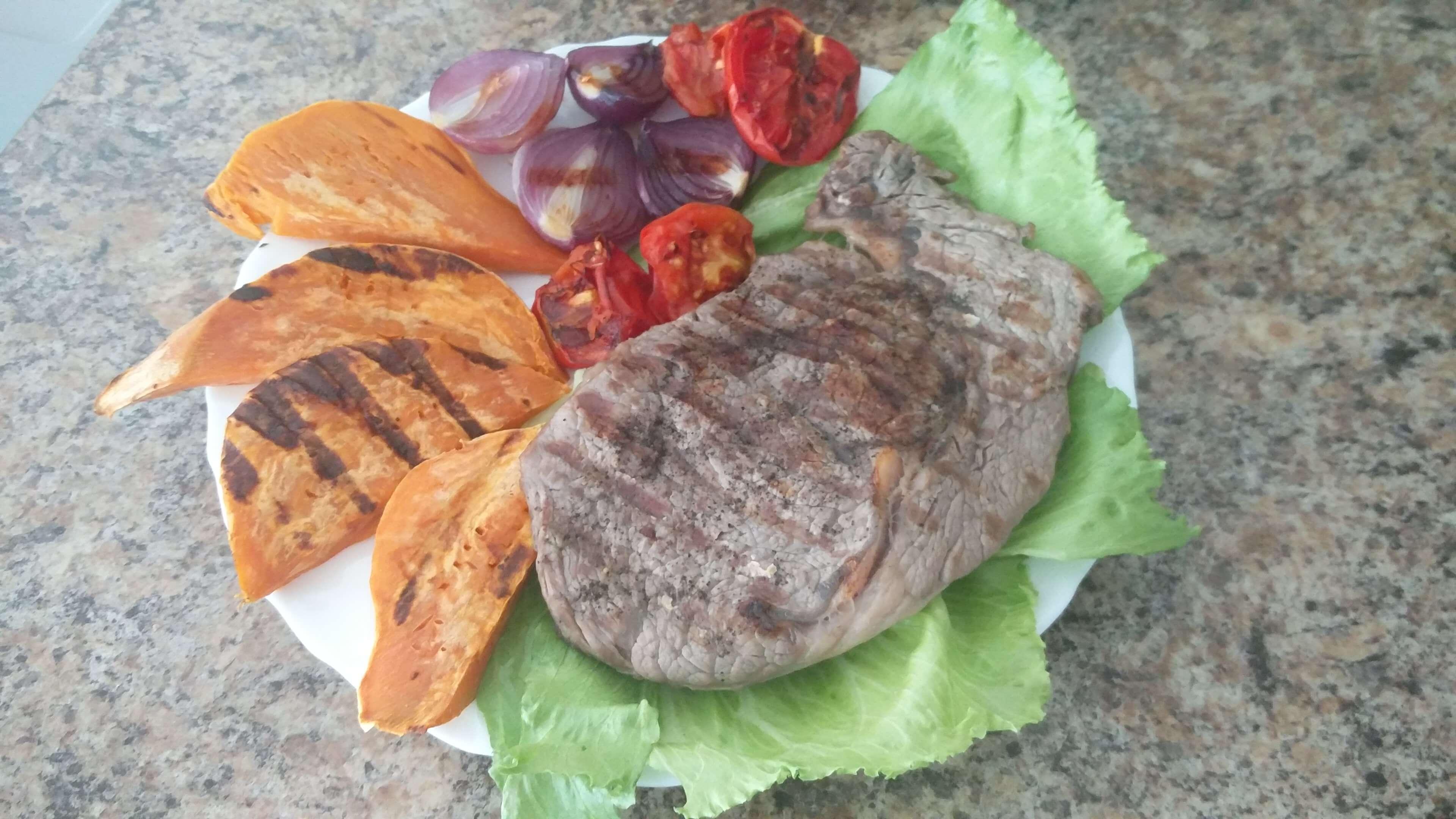 rib eye steak s batátmi a zeleninou