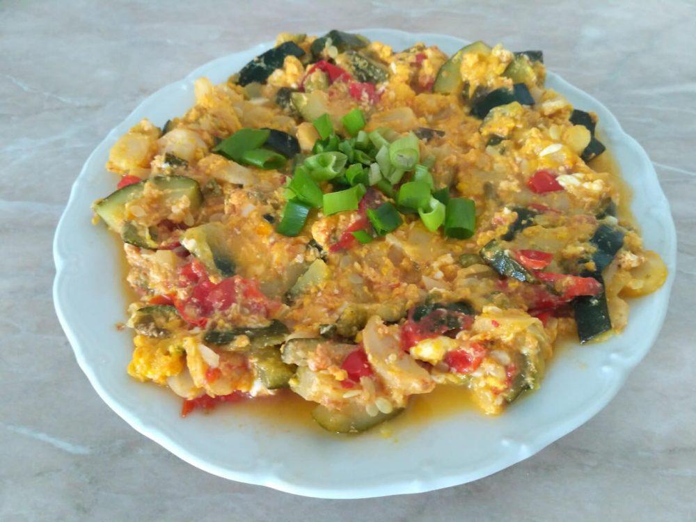 Netradičné lečo s cuketou, vajcom a petržlenom (recept)