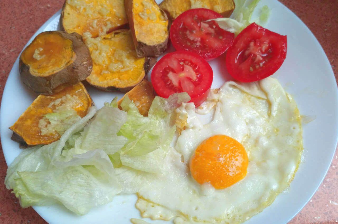 Pečené batáty s cesnakom, volským okom a zeleninou