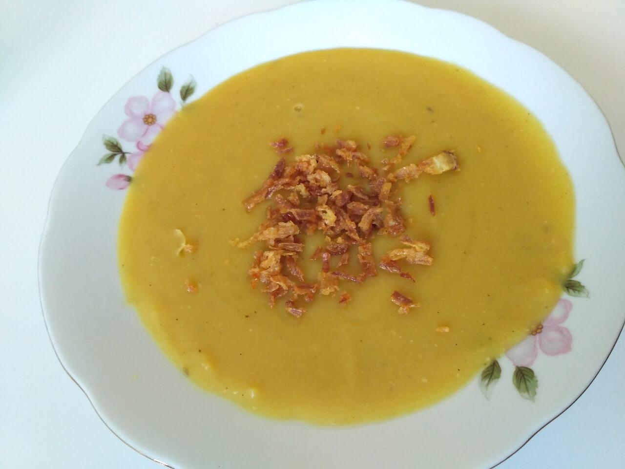Hrachová polievka zo žltého suchého hrachu