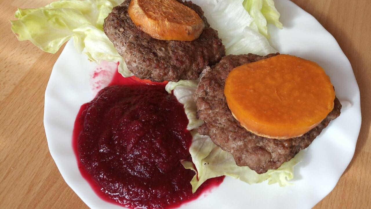 Hamburger batáty + cviklovo-brusnicový dip