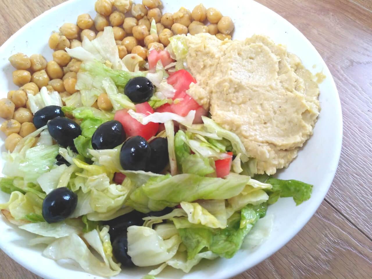 Cícerovo-olivový ľadový šalát + paradajky, hummus, avokádo